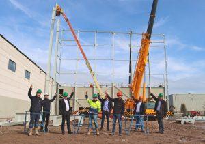 Het bouwteam is getuige van het bereiken van het hoogste punt op de nieuwbouwlocatie in Giessen. V.l.n.r. technisch manager Werner Hordijk (Oerlemans Plastics), architect Kees Timmer (Timmer Architecten), DGA Joan Hanegraaf (Oerlemans Packaging Group) innovatiemanager Jos Rombouts (Oerlemans Plastics), werkvoorbereider Robert Vos, uitvoerder Mike Verwey, projectleider Chris van den Biggelaar (Bouwbedrijf van de Ven) en directeur Johan Kranenbroek (Oerlemans Plastics)
